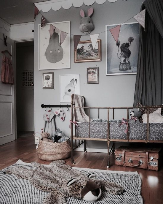 Galeria ścienna w szarym pokoju dziecięcym - Lovingit.pl