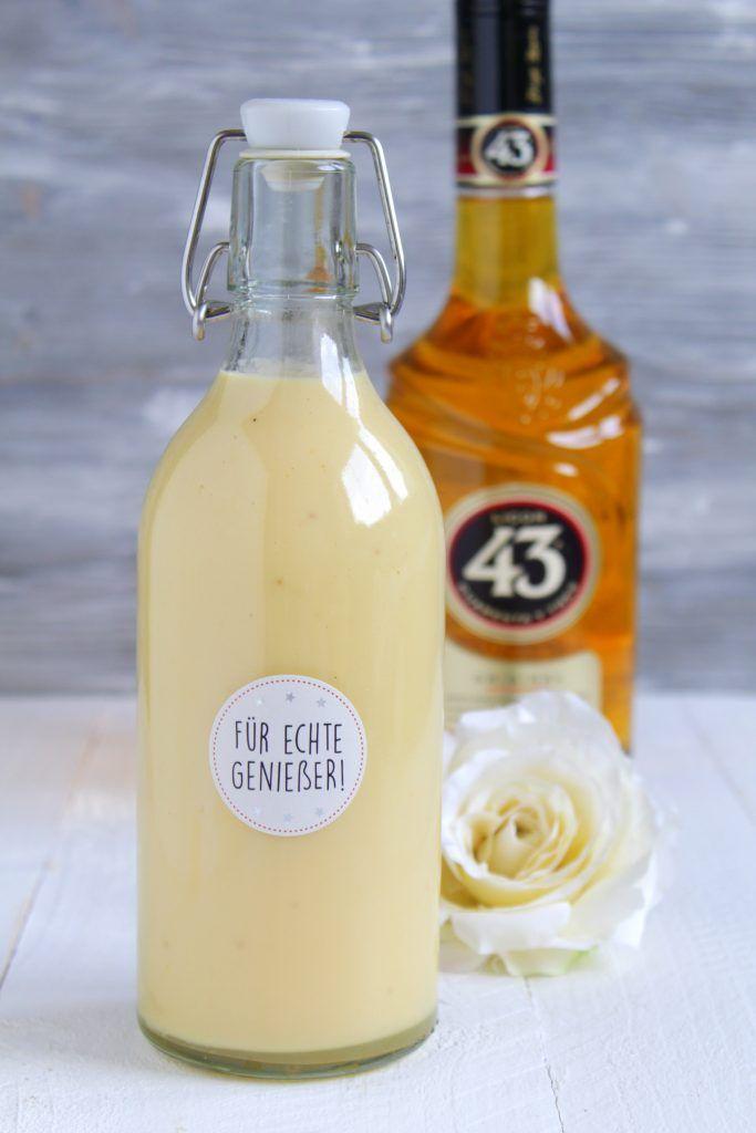 Zucker und Orangenabrieb im Blender zu Puderzucker zerkleinern. Sahne und Milch erhitzen.  Die Eier mit Puderzucker über dem simmernden Wasserbad einige Minuten schaumig schlagen. Sahne und Milch in dünnem Strahl zugießen.  Orangensaft zugeben und ca. 10-15 Minuten schaumig schlagen bis die Masse leicht andickt.  Zum Schluss den Likör 43 und Vanilleextrakt unterrühren.  Den Eierlikör noch heiß in saubere Flaschen füllen. Vor dem Genießen nochmal aufschütteln. – Karin Lefert