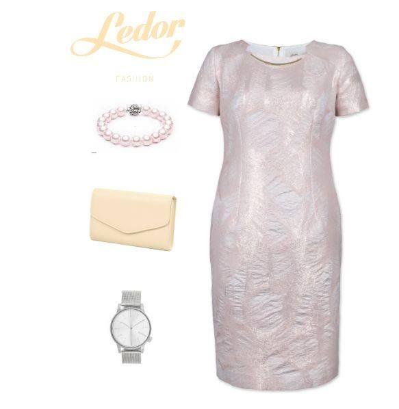 Sukienka uszyta z puszystej, delikatnej tkaniny z dodatkiem elastanu. Wykonana w technologii dwuwarstwowego wplatania połyskującej przędzy w matową bazę. Dekolt wykończony ozdobnym złotym elementem przypominającym naszyjnik. Sukienka na podszewce