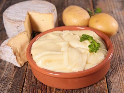 Aligot (mashed potatoes with cheese and garlic)