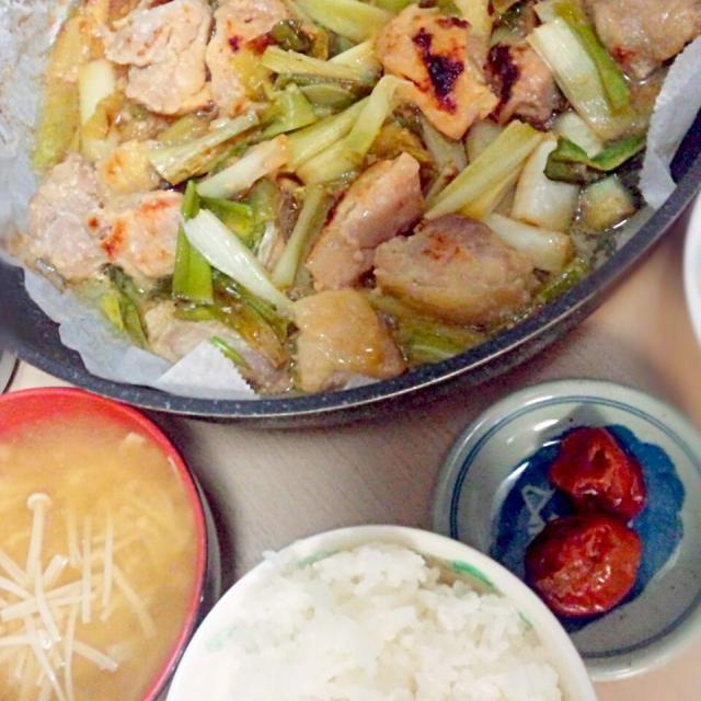 2014/6/2夕飯  塩麹漬け鶏ももネギ焼き えのき茸の味噌汁 梅干し - 4件のもぐもぐ - 塩麹漬け鶏ももとネギ焼き by sigure49
