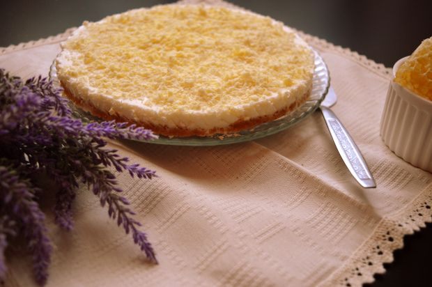 No bake tart with honey and lavander  http://carmenatelier.org/2015/06/27/tarta-cu-lavanda-si-miere-no-bake/