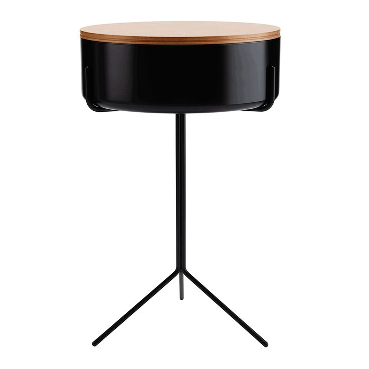 Drum – Soft shapes and hard materials. German-born Corinna Warm is often praised for her innovative and surprising work. The Drum coffee table is no exception. Now she's added a black- or white-lacquered metal bowl that can be covered with a wooden lid. Swedese.