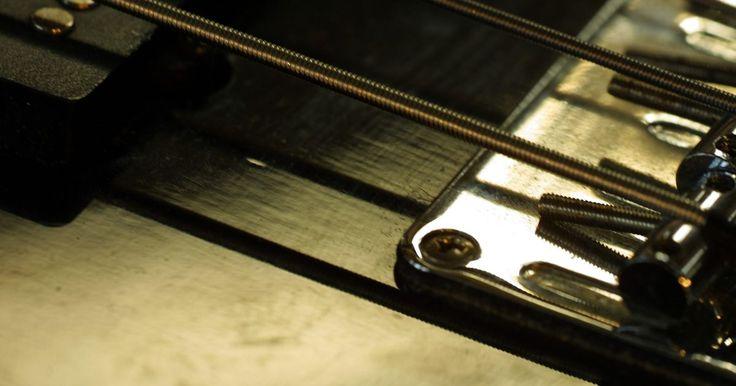 ¿Cómo afinar un bajo de seis cuerdas?. Mientras que muchos bajistas comienzan con el bajo de cuatro cuerdas, algunos son lo suficientemente valientes como para empezar con uno de seis cuerdas desde el principio. Si tienes un bajo de seis cuerdas, puede ser un poco confuso en cuanto a la forma de afinarlo. En realidad es lo mismo que afinar una guitarra eléctrica, y es ligeramente ...