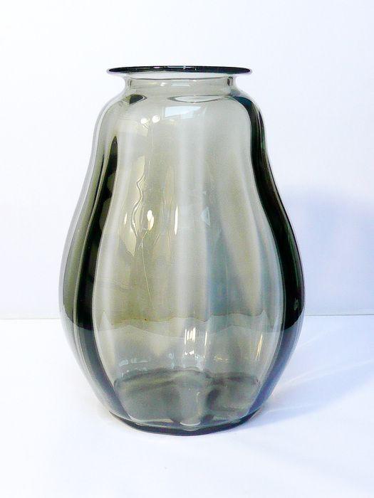 SERICA vaas van Andries Copier; een ontwerp uit 1926, gesigneerd aan de onderkant met CL