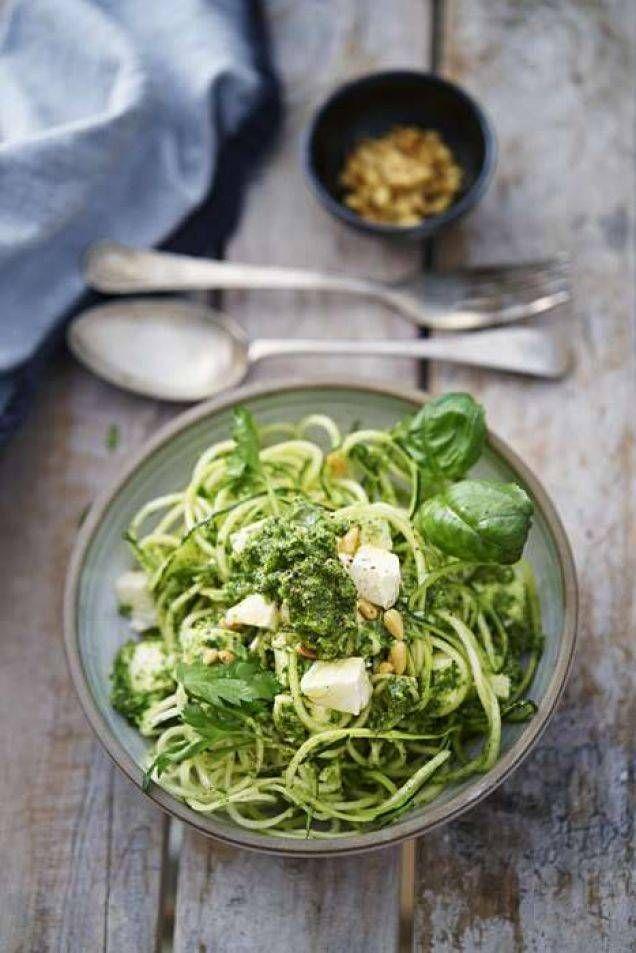 Spagetti av zucchini är både enkelt att göra och gott. Här ett lättlagat recept toppat med hemgjord pesto och mozzarella.
