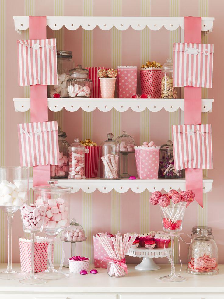 """La tendance est au Candy Bar! Sortez le grand jeu !  Retrouvez notre thème anniversaire fille ou Baby Shower Rétro """"Pink Party"""" sur VegaooParty.com"""
