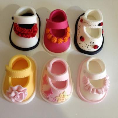 baby schoentjes taartversiering / Fondont  booties baby www.hierishetfeest.com