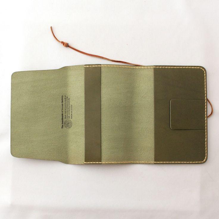 Duramの職人による手縫いのブックカバー。革はタンニン鞣しのオイルレザーを使用しており、使い込むほどに手に馴染み、味わい深い風合いへと変わっていきます。