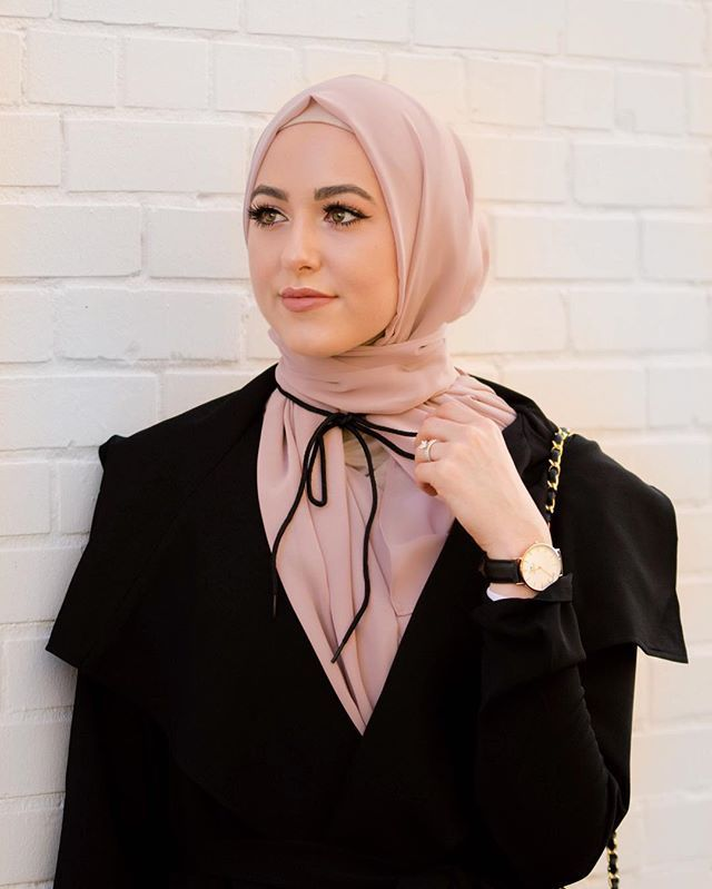 "For those that asked for an up close photo with my ""choker"". Literally tied a shoe string around my neck and tried to make it work have a lovely Saturday girls!!!! Use code ""Leena10"" for 10 % off @voilechic hijabs ✨ I'm wearing the ""nude pink luxury chiffon"""