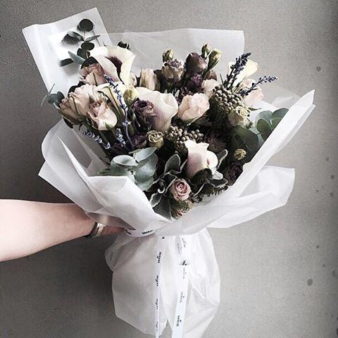 #vanessflower #vaness #flower #florist #flowershop #handtied #flowergram #flowerlesson #flowerclass #바네스 #플라워 #바네스플라워 #플라워카페 #플로리스트 #원데이클래스 #플로리스트학원 #화훼장식기능사 #플라워레슨 #플라워아카데미 #꽃스타그램. . . #꽃다발 #핸드타이드 . . 이유없이 좋은 vintage