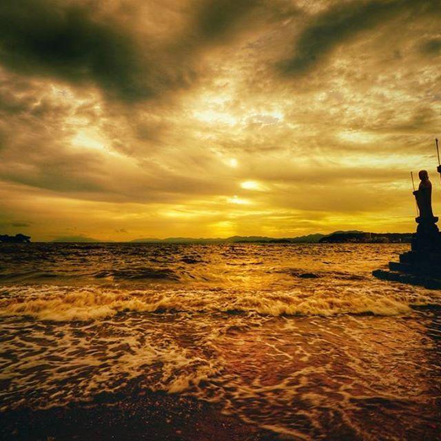 kujisan73 米子市から松江市へやって来ました。やっぱり宍道湖の夕日ですね。あいにくの曇り空でしたが見事な夕焼け空を撮影出来ました。  #α6500  #SEL50F18  #SEL1018  #松江市  #宍道湖  #夕日公園  #ファインダー越しの私の世界  #写真好きな人と繋がりたい 2017/07/11 22:21:35 夕日公園