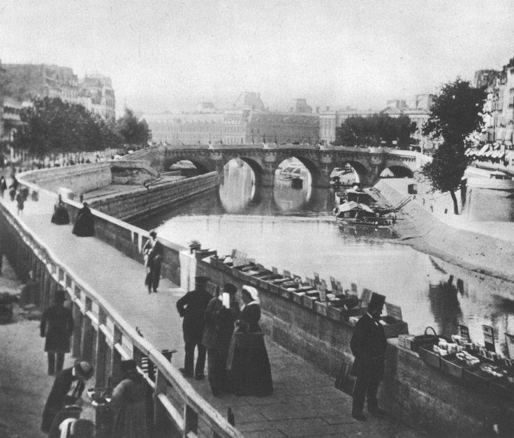 Paris 6ème- Le quai des Grands-Augustins en direction du Pont-Neuf en 1858. Les bouquinistes utilisent encore des simples boîtes pour exposer les livres (les premières permissions de stationnement renouvelées chaque année datent de 1859).