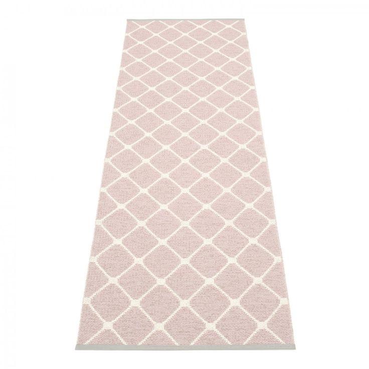 Rex, plastmatta från Pappelina. Rex pryds av ett klassiskt rutigt, harlekin-mönster. Mattan är tillverkad i Dalarna, Sverige. Vävd i traditionella vävstolar med träskyttlar. Denna praktiska och lättskötta matta är i svensktillverkad PVC och har ett svetsat förstärkningsband, med graverad Pappelina-logotype, i båda kanterna för högsta hållbarhet.Välj bland ett flertal storlekar. Rex finns även i andra färger.