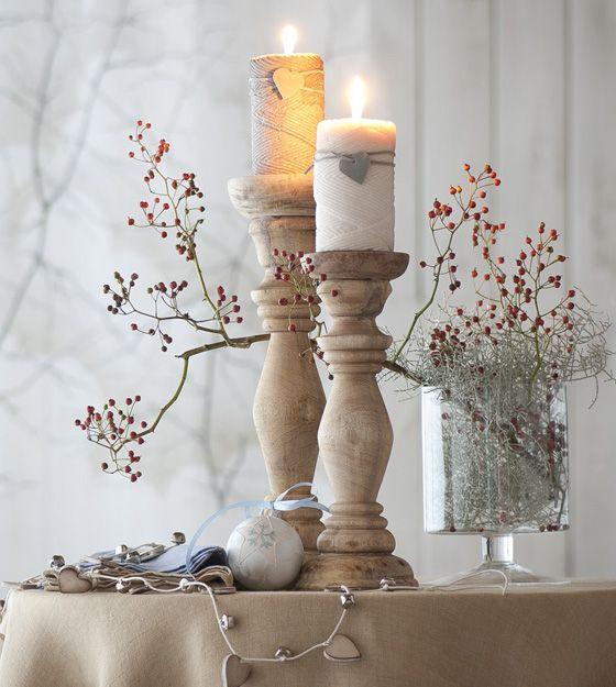 Candele che ricordano gomitoli di lana e tante bacche rosse per scaldare il Natale #christmas #winter #lights #candle #red #decor #inspiration