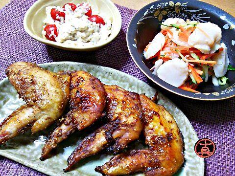 今夜は、少しピリ辛でパンチのきいた手羽先の焼物と、さっぱり夏らしい副菜2品です。 - 211件のもぐもぐ - 手羽先の味噌漬焼・ホタテのデリ風サラダ・ミニトマトの白和え by Kusukus