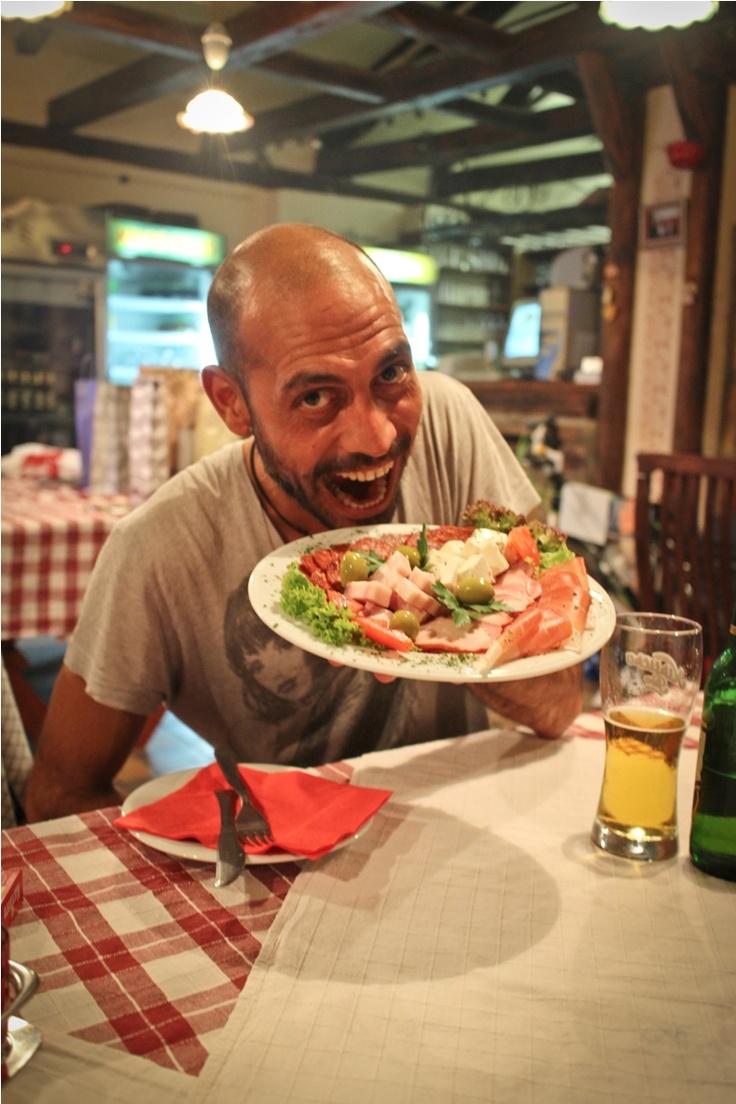 Si inizia a mangiare. Prima cena serba a base di piatti tipici. E non manca certo la fame!