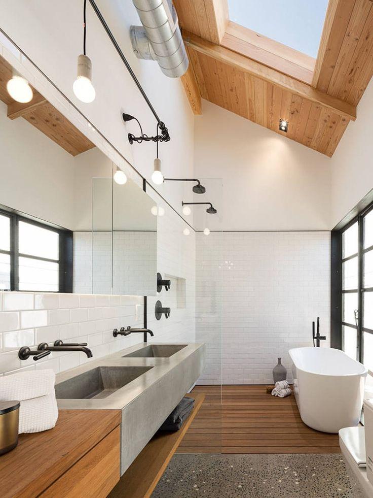 clara boia em banheiro de madeira