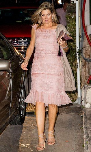 Queen Maxima stepped out in strappy nude sandals and a powder pink dress with pleated hem while visiting Saba. The Dutch royal was on her way to dinner with husband King Willem-Alexander. Photo: © Patrick van Katwijk/Getty Images