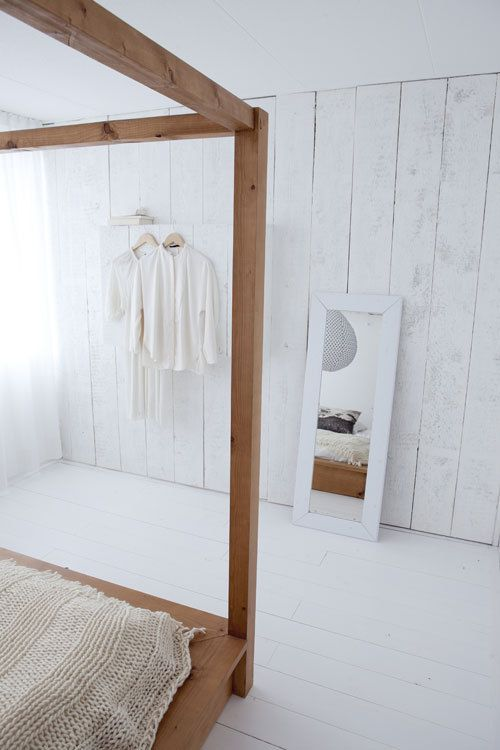 Zet tegen een saaie muur een voorzetwandje van ruwe houten planken. Door ze eerst grijs en daarna wit te verven, krijgen ze een mooie, oude uitstraling.