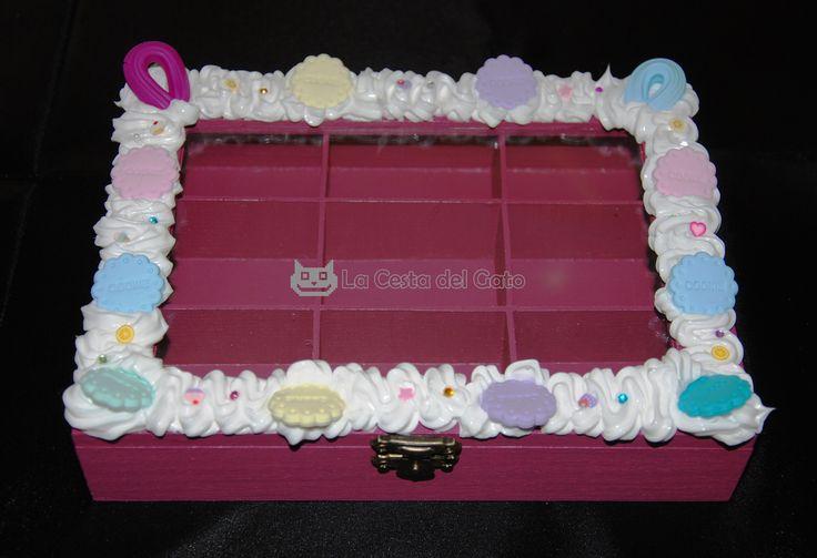 Caja de madera cuadrada con clasificadores: decorada, pintada y realizada a mano con los siguientes materiales:  -Silicona color blanco (no comestible) -Fimo -Strass de colores  *** Pieza única ***  Visítanos en www.lacestadelgato.com