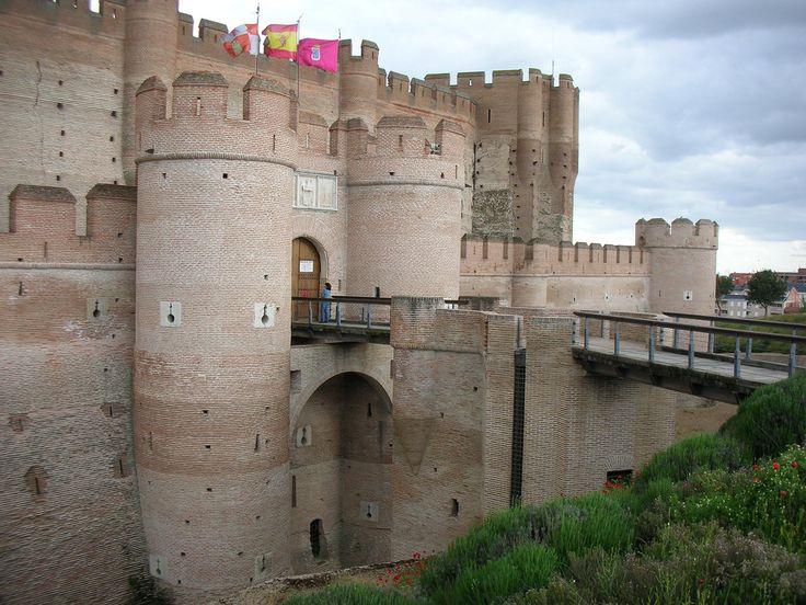 Es uno de los castillos con mayores dimensiones de Castilla. Se utilizó como fortaleza y en su tiempo era un centro estratégico militar. La historia de este castillo está marcada por su estrecha relación con la reina Isabel la Católica. Con pocos años, la reina se asentó en Medina del Campo, que era entonces –en la mitad del siglo XV– la ciudad más importante de Castilla. Leer más: http://www.castillodelamota.es/