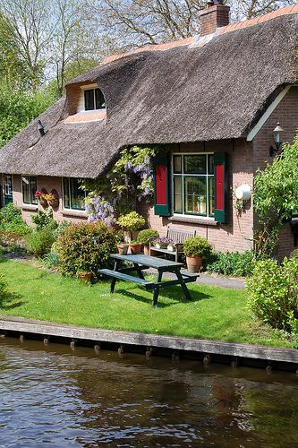 Giethoorn House on Canal ~ Overyssel, Netherlands   love  site   weekend  ¿¿¿¿¿