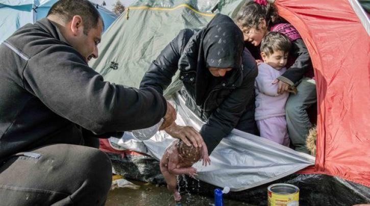 Ένα παιδί γεννήθηκε στις λάσπες της Ειδομένης... Ευρώπη, να σου ζήσει :: left.gr