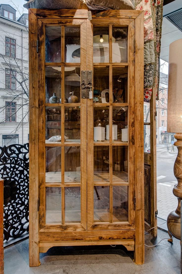Jättesnyggt vitrinskåp från Kina, nytillverkat i almträ. Mått B 90, D 40, H 200cm. Glas även på sidorna. OBS! VID INTRESSE, KONTAKTA BUTIKEN ANG FRAKTPRISER ETC