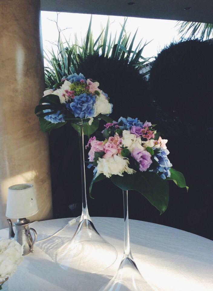 Στολισμός welcome τραπεζιού στο κτήμα Άλσος Νυμφών. Μπλε, ροζ ορτανσια Πεόνιες λισιανθος