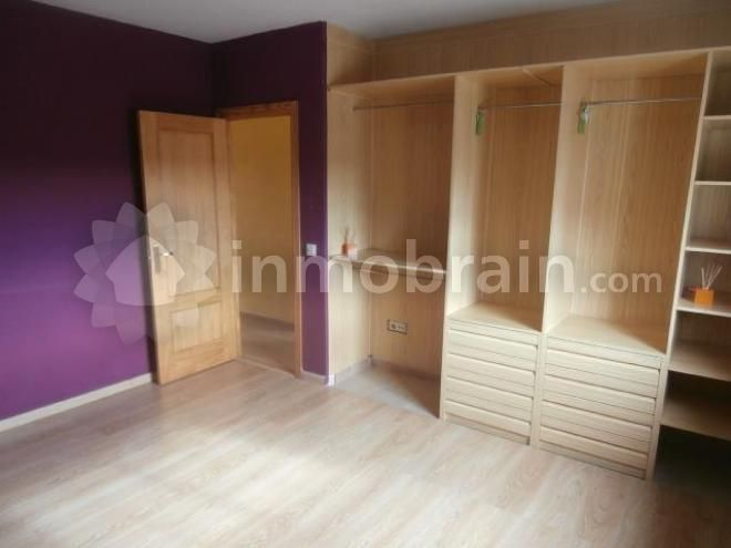 Casa adosada de banco en Rielves con 147 m² repartidos en 3 habitaciones, 1 baño completo, 1 aseo, salón comedor y cocina. Garaje.