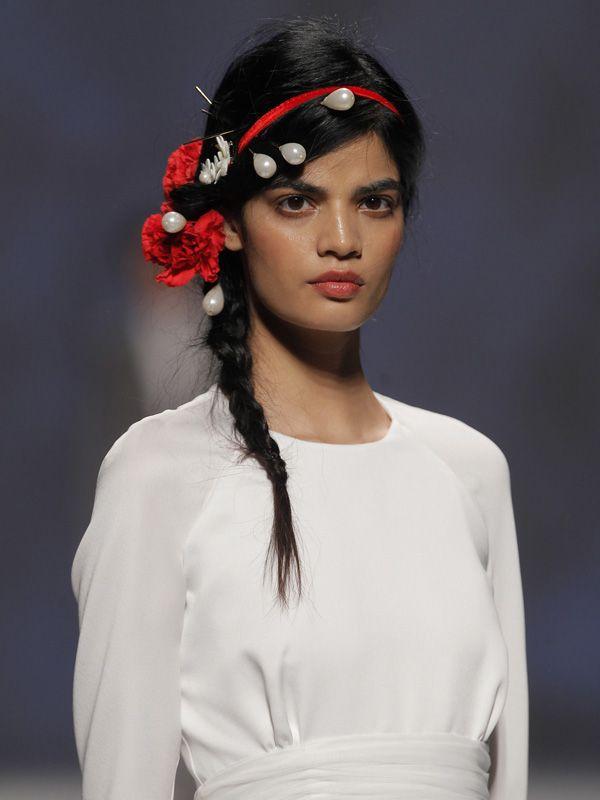 """Bonita propuesta de """"tocado"""" para novia con claveles y agujas de perla #headpiece #tocados #novia #bride #tendenciasdebodas"""