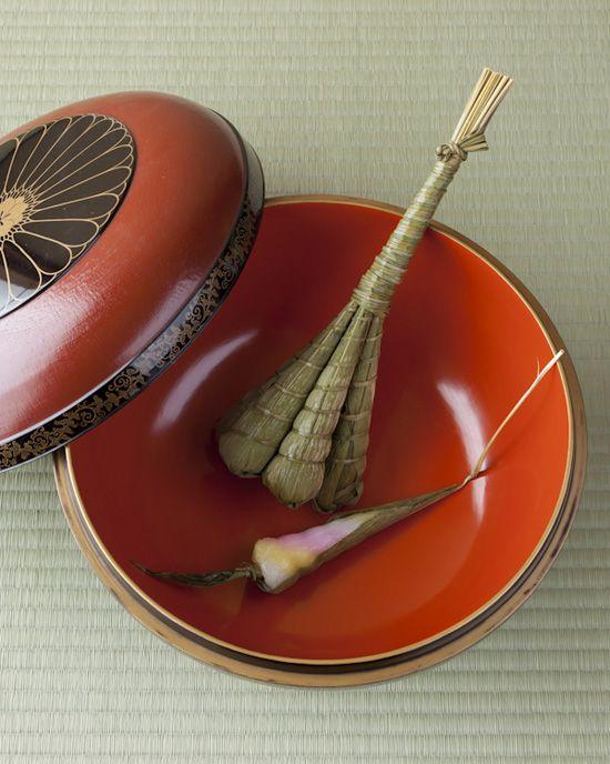 Japanese sweets -chimaki- on maki-e lacquer bowl of Edo period (1603~1867)