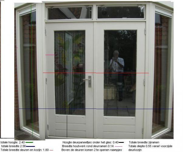het plaatsen van een in hout uit gevoerde erker met 2 openslaande deuren en 2 steekraampjes. Erker komt in plaats van huidig raam. Erker is groter dan raam; aan weerszijden en boven het raam moet muur worden verwijderd.  Het plaatsen van een stalen balk is nodig om muur op te vangen. (ongeveer 3 meter) Ramen in dubbelglas en degelijk hang en sluitwerk. Graven goot  voor fundering, afschilderen kozijnen en leggen vloer doe ik zelf.  De bijgevoegde fotomontage geeft de gewenste stijl van de…