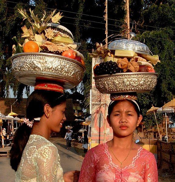 La spiritualità è sempre presente nella splendida isola di Bali. In ogni momento della giornata vengono fatte offerte alle divinità e agli antenati. Ogni famiglia ha un proprio tempio vicino casa in onore degli dei. E numerosi sono i pellegrini che si recano ai grandi templi per pregare e offrire ceste con frutta, riso e composizioni floreali, creando un'atmosfera magica.