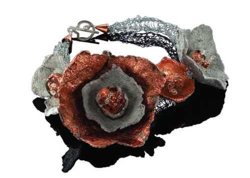 Collar de flores de papel maché con foliación cobre, alambre tejido y los resultados de plata. $ 250