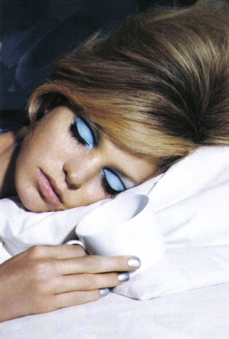60s-inspired eyes, silver nails and a chic beehive #beauty