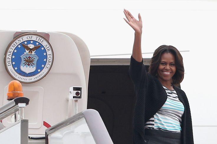 Michelle Obama Photos - U.S. first lady Michelle Obama waves before departing from Chengdu airport on March 26, 2014 in Chengdu, China. Michelle Obama's one-week-long visit in China focused on educational and cultural exchanges. - Michelle Obama Travels to China: Day 7