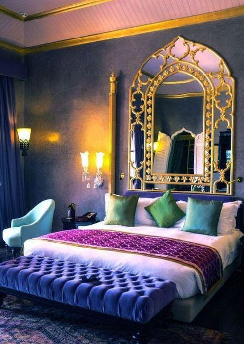 Marokkanisches Schlafzimmer dunkle Wände großer Spiegel
