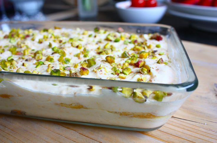 Deze zalige citroen tiramisu is extra lekker door de toevoeging van limoncello, zachte amarettikoekjes en geroosterde pistache. Bekijk hier het recept.
