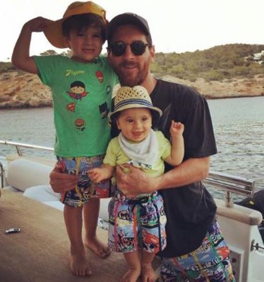 Messi, posando sonriente en Ibiza junto a sus hijos Thiago y Mateo. FOTO: INSTAGRAM ANTONELLA ROCCUZZO