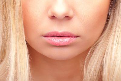 Eine Lippenkorrektur wie eine Lippenvergrößerung kann operativ oder durch das Injizieren eines Fillers - z.B. Hyaluronsäure - erfolgen http://mein-erfahrungsbericht.de/html/lippenkorrektur_lippenvergross.html
