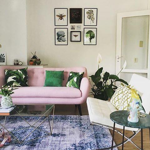 Een gedurfde, fleurige keuze van @nothingaboutsamm Bank van #X5home #loods5 #loods5inhuis #home #pink #jungle #pillow #sunny #fris #eclectic