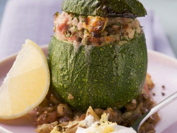 Runde Zucchini gefüllt mit Hackfleisch und Bulgur ist ein Rezept mit frischen Zutaten aus der Kategorie Blütengemüse. Probieren Sie dieses und weitere Rezepte von EAT SMARTER!