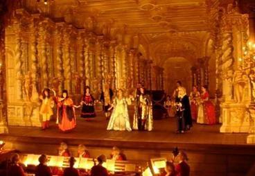 opera-baroque Monteverdi- 66) MUSIQUE BAROQUE: .. baroque va être à l'origine de la querelle des bouffons. C'est en Italie qu'apparaît le mouvement de la musique baroque, sous l'influence du compositeur MONTEVERDI, qui avec Orfeo (considéré comme le 1° opéra), marque une rupture dans l'histoire de la musique. En France la musique étant peu développée, c'est un italien, JEAN-BAPTISTE LULLY qui va la développer auprès du roi Louis XIV.