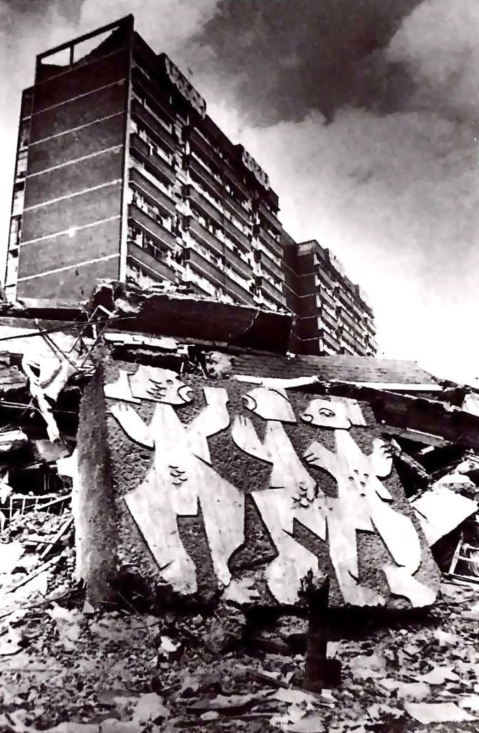 Ruinas del Multifamiliar Presidente Juárez, despúes del terremoto de 1985. Calle Orizaba, Roma Sur, Cuauhtémoc, Ciudad de México 1952  Arqs. Mario Pani y Salvador Ortega Flores  Murales. Carlos Mérida  Foto. Archivo La Journada -   Ruins of the Multifamilar President Juarez, after the earthquake of 1985. Calle Orizaba, Roma Sur, Cuauhtemoc, Mexico City 1952