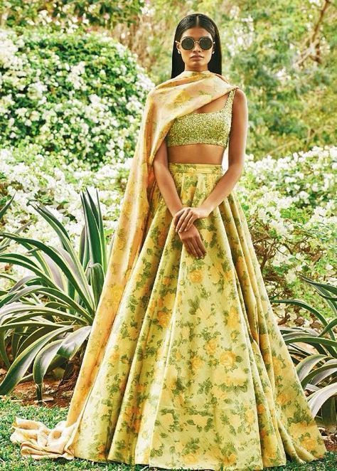 This effortless elegant daytime floral lehenga for the #mehendi #floral #indianwedding #bridalfashion #indianweddinginspiration #fashion #trends curated by Witty Vows - The ultimate guide for the Indian Bride | www.wittyvows.com