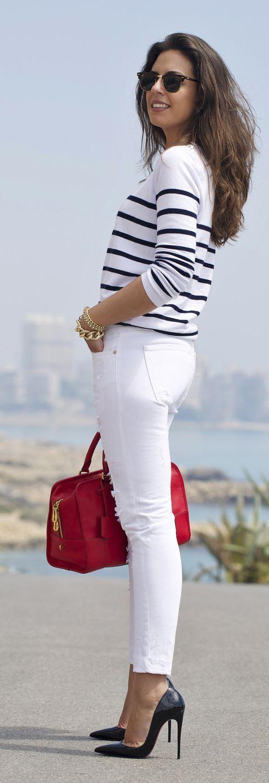 casual chic com inspiração navy: calça branca, t-shirt listrada e bolsa vermelha!