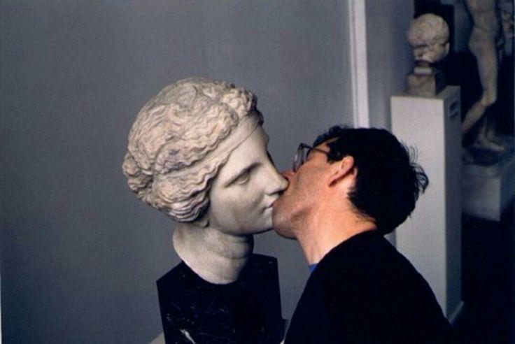 фото парень целует статую черном