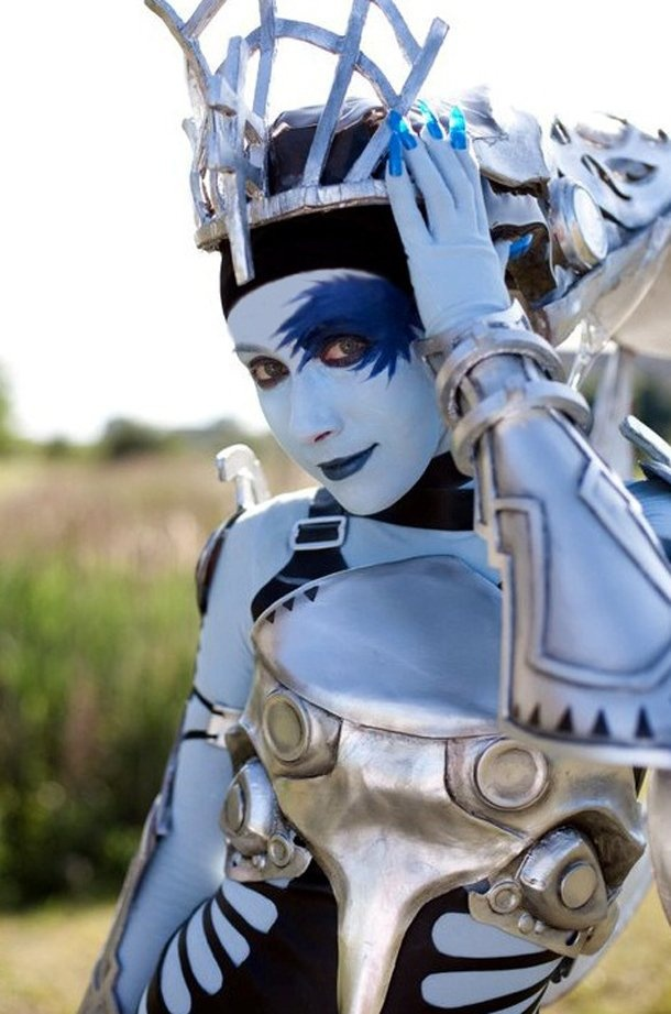 Cosplay of Shiva from the Final Fantasy franchise.